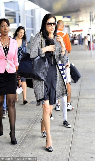 15ba53489592 Catherine Zeta Jones arrives @JFK with a black Chanel bag